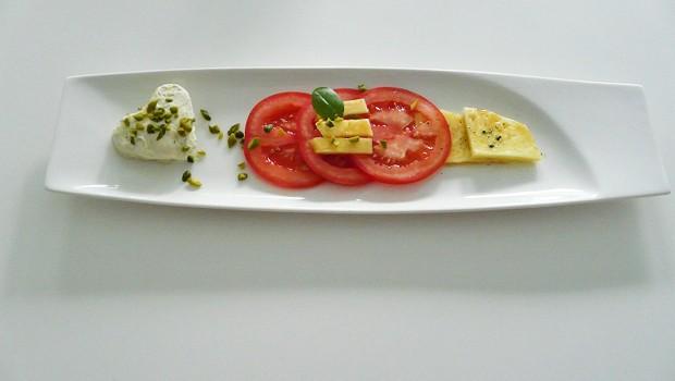 Carpaccio von Tomate und Ananas mit Mövenpick Pistazie-Weiße Schokolade