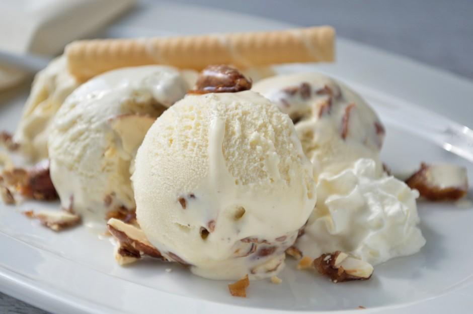 vanilleeis-mit-kandierten-mandeln-und-macademiaoel.jpg