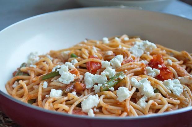 Spaghetti mit Fisolen und Schafskäse