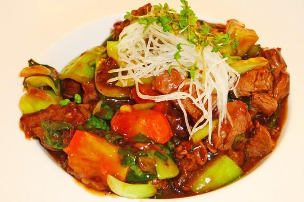 Feuriges Rindfleisch mit frischem Gemüse