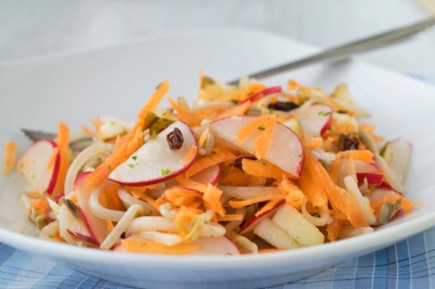 Sojasprossensalat mit Karotten und Sesam-Dressing