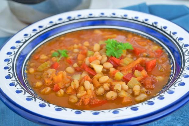 Weiße Bohnesuppe mit frischen Tomaten