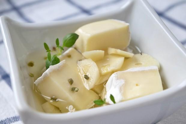 In Öl eingelegter Camembert