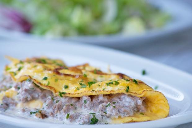 Gefüllte Omelette mit Hackfleisch und Lauch