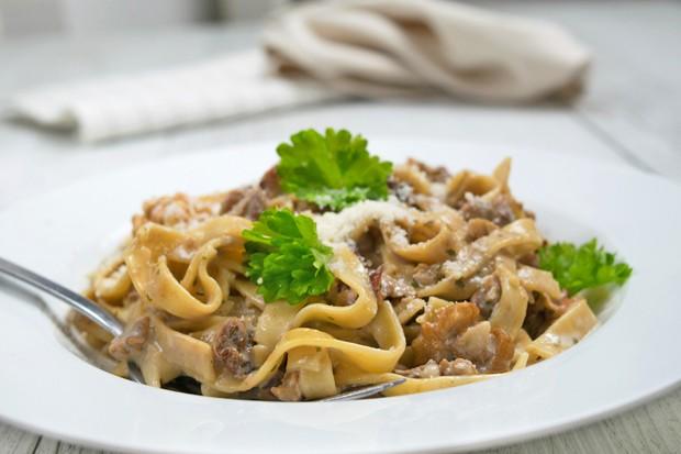 Pasta mit Walnuss-Weinsauce und frischen Kräutern
