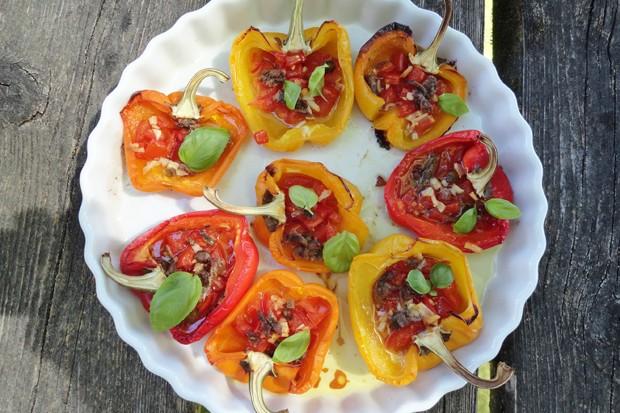 Paprika gefüllt mit Tomaten und Sardellen