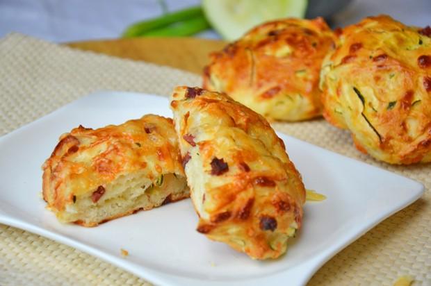 Zucchini-Brötchen mit Speck und Käse