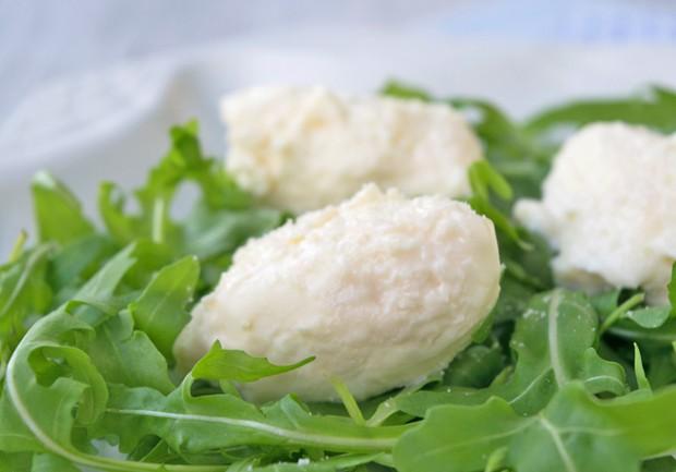 Ziegenfrischkäse-Nockerl mit Rucola