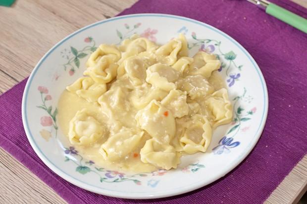Selbst gemachte Käse-Soße mit Tortellini