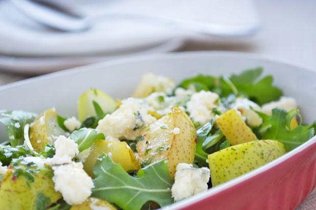 Rucosalat mit Birnenstücke und Gorgonzola