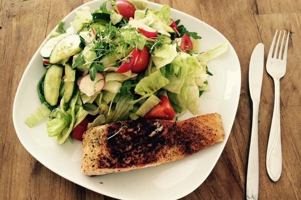 Salatteller mit Lachs