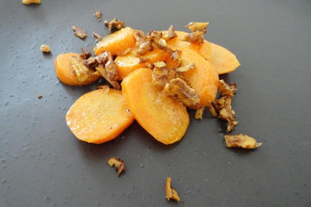 Glasierte Karotten mit Nüssen