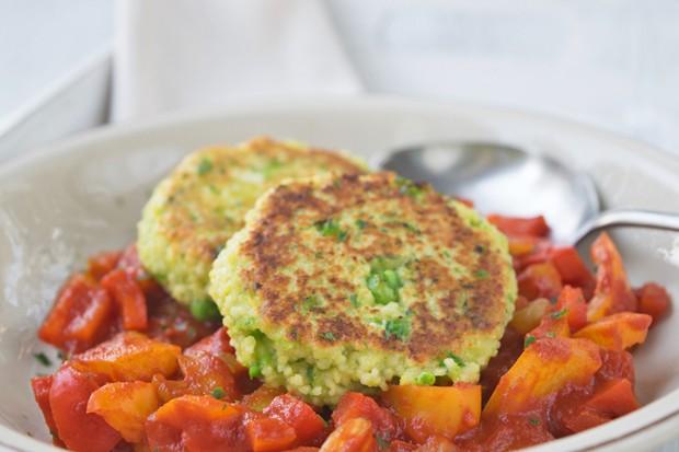 Couscous-Erbsen-Laibchen auf Paprika