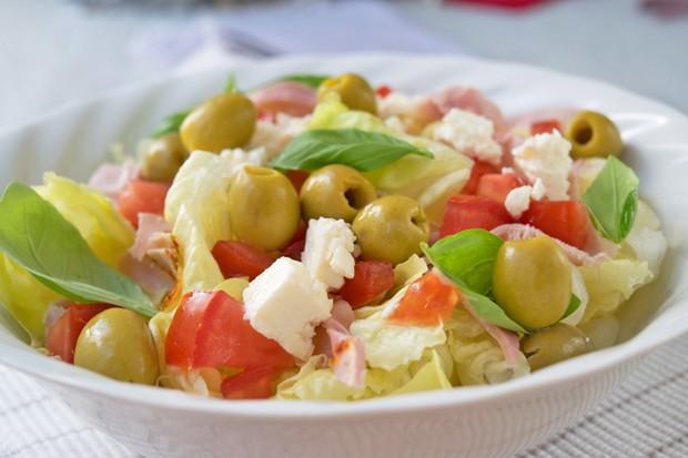 Salat mit Schinken und Oliven