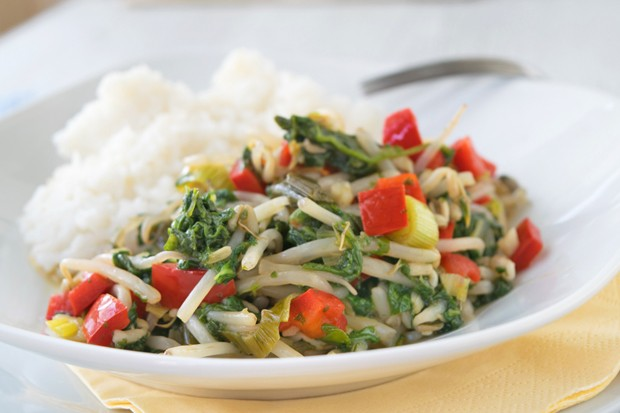 Asiatisches Gemüse mit Erdnüssen und Sojasprossen