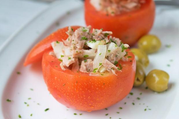 Paradeiser gefüllt mit Thunfischsalat