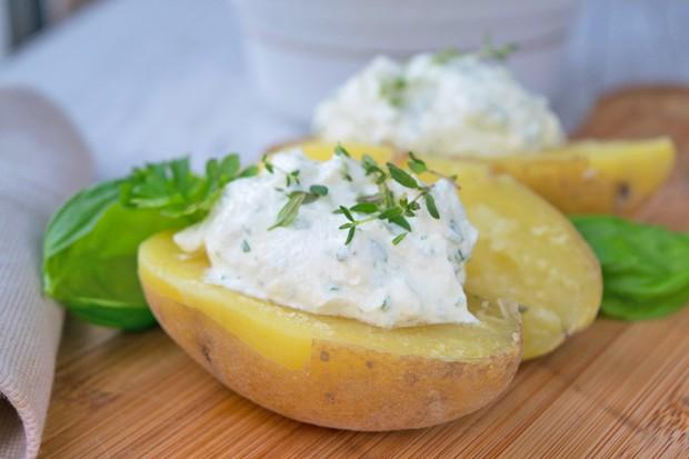 Heurige mit Kräuter-Käse Dip