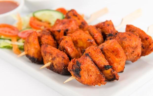 Murgh Tikka - gegrillte Hühnerspieße mit Safranreis