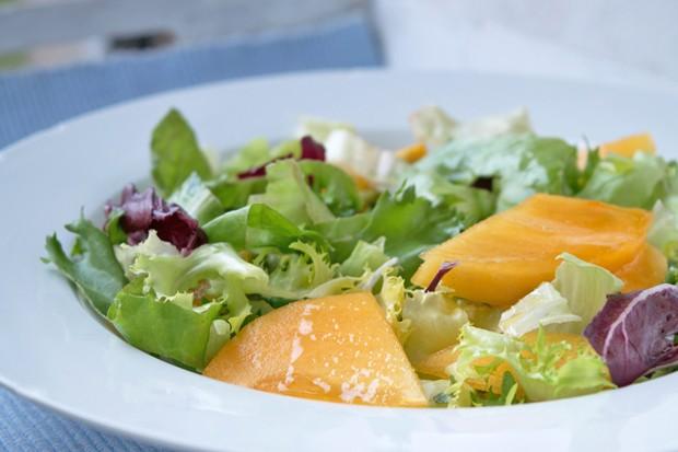 Bunter Salat mit Kaki