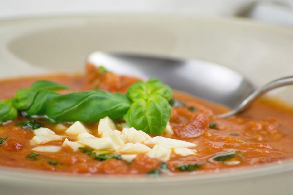 tomatensuppe-mit-mozzarella.jpg