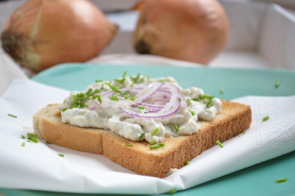 zwiebelcreme-auf-toastbrot.jpg