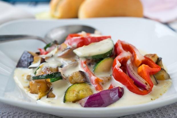 Grillgemüse mit Käse-Kräutersauce