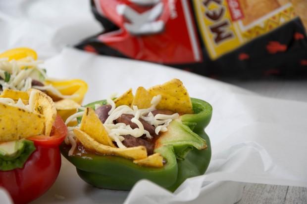 Paprika mit Käferbohnen-Füllung & dazu Tortilla Chips