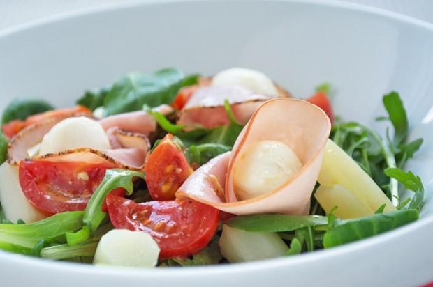 Salat mit Schinken und Mozzarella