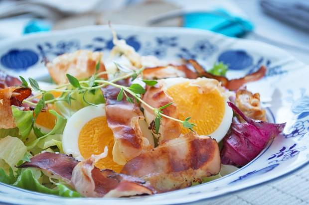 Salatjause mit Ei und Speck
