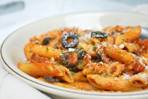 Penne mit Oliven-Tomatensauce