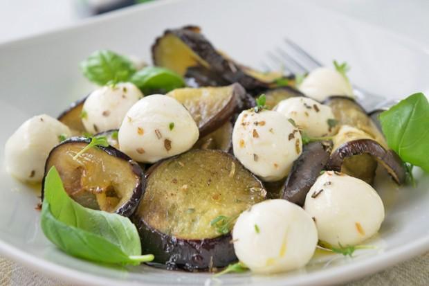 Italienischer Mozzarellasalat mit Melanzani