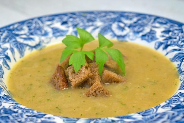 Zwiebelsuppe mit Salbei
