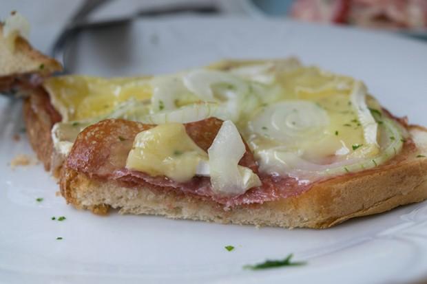 Toast mit Kantwurst und Camembert