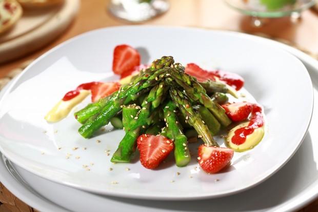 Feiner Spargelsalat mit Erdbeeren