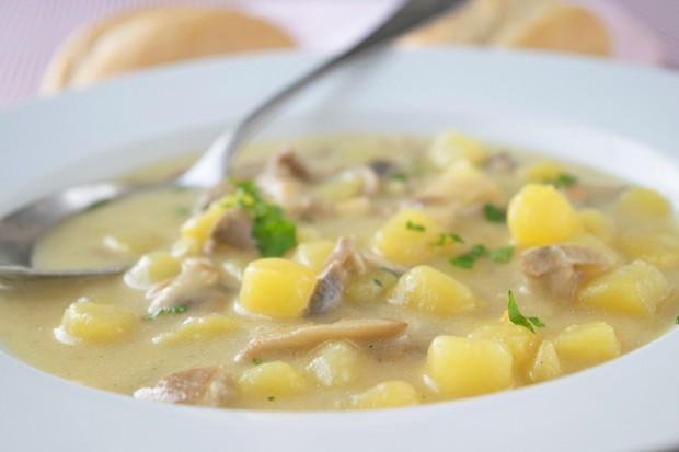 Raffinierte Suppe mit Erdäpfel und Kräuterseitlingen