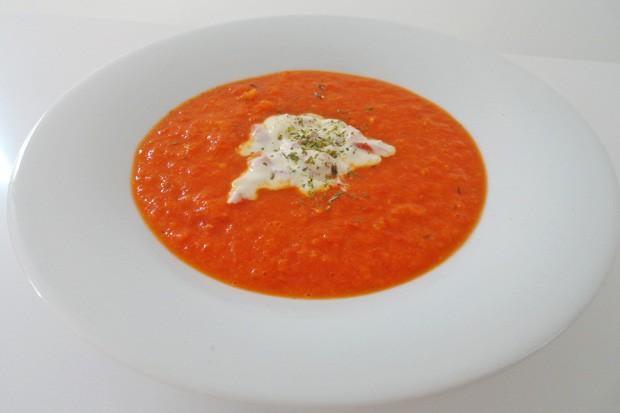Gemüsesuppe mit Paprika und Joghurt