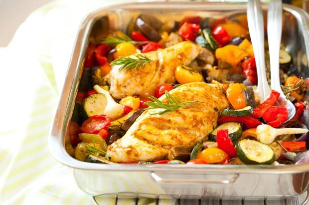Huhn mit geschmorten Zucchini-Gemüse