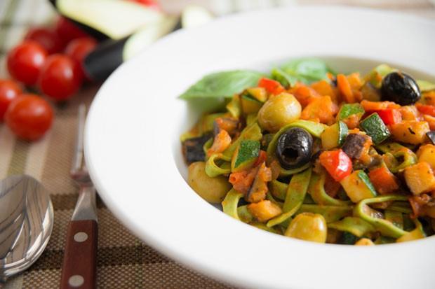Basilikum-Spaghetti mit Tomaten und Mozzarella