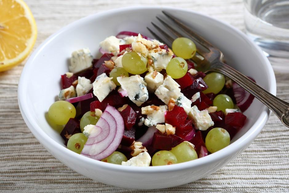 Rote Beete-Salat mit Käse und Walnüssen