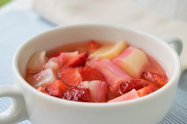 Rhabarbersalat mit Erdbeeren