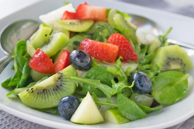 Sommersalat mit Früchten