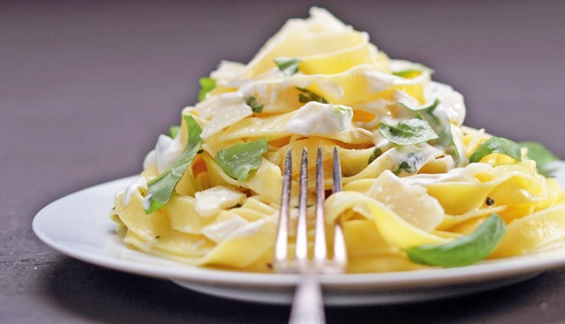 Tagliatelle mit Zitronen-Basilikum-Obers