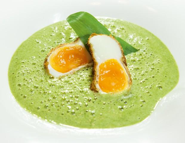Kräuterschaumsuppe mit knusprigem Ei