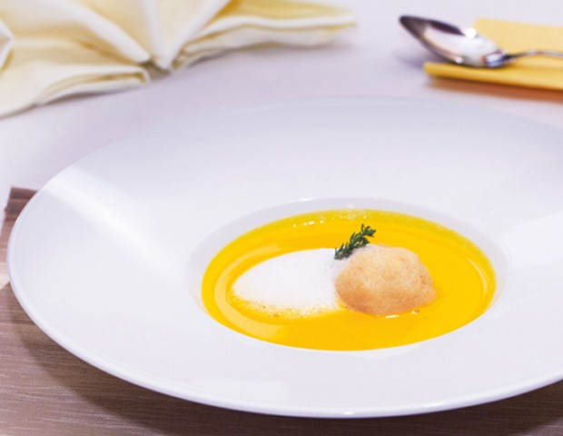 Karotten-Apfel-Balsam-Suppe mit Polenta-Topfenknödel