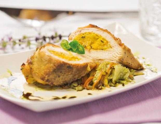 Hühnerbrust mit Polentafülle auf Kürbiskernöl-Wurzelgemüse