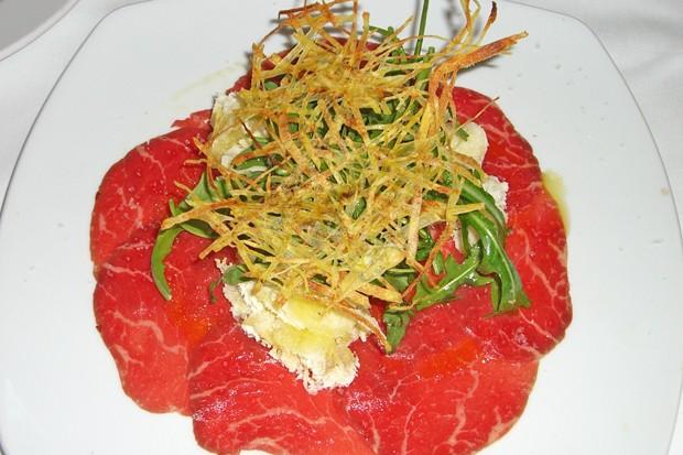Carpaccio vom Rind mit Rucola und Parmesan
