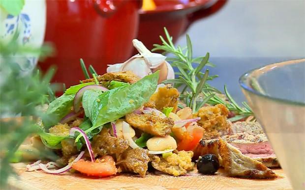 Tomaten-Brot-Salat und gegrillte Steakstreifen