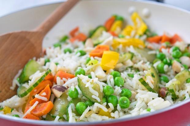 Gemüsereis mit Cashewkernen
