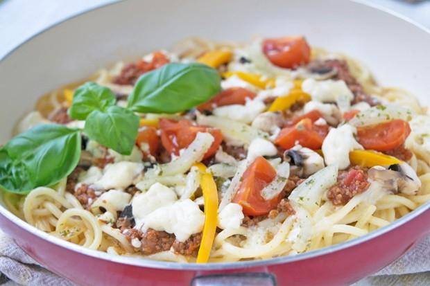 Spaghetti Pizza mit Bolognese