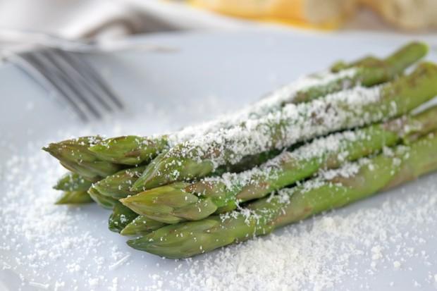 Gekochter grüner Spargel mit Parmesan